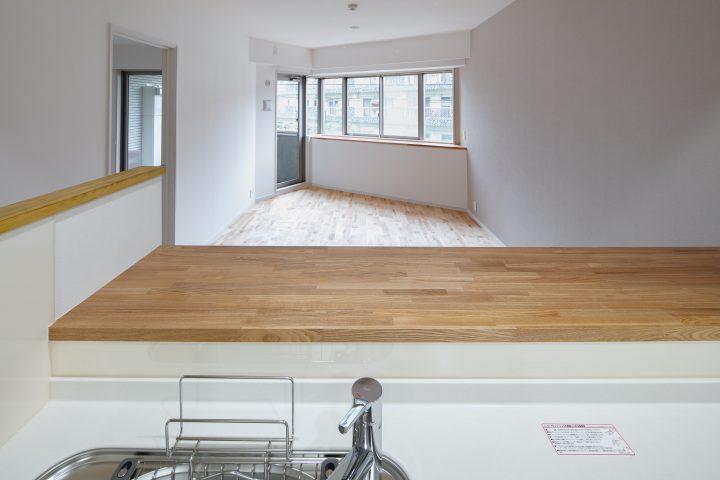キッチンからはリビングを見守ることができる。窓の外の景色も楽しめる間取り。