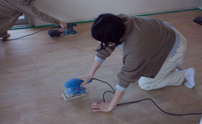 施主さまもサンダーで無垢床をやすりがけ