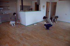 スタッフと施主さまが協力してリビング全体に蜜蝋を塗ります