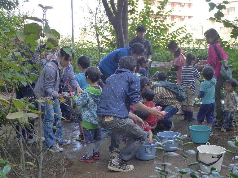 芋ほりに参加する子供たち