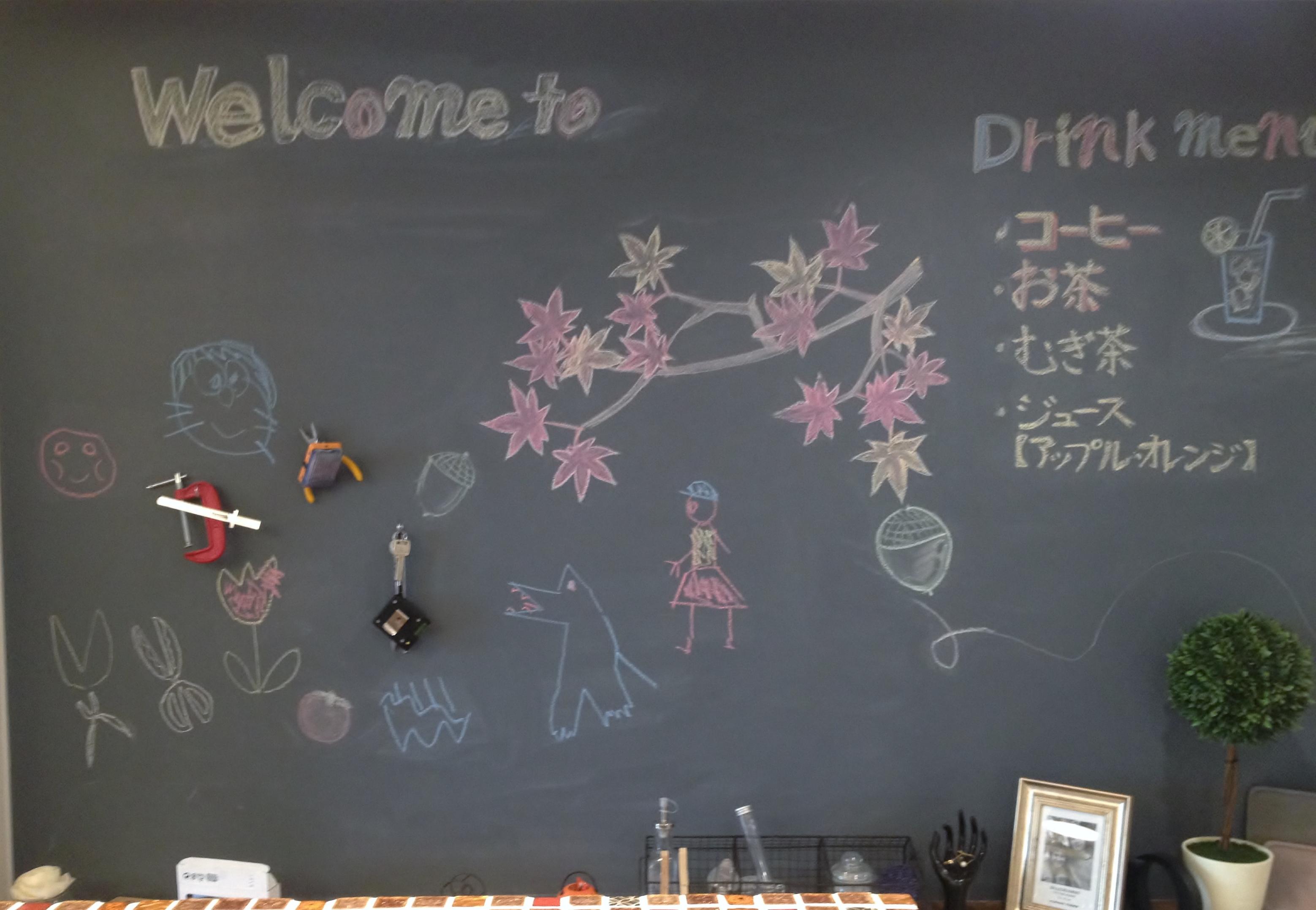 廊下に塗った子供にも大人気な黒板