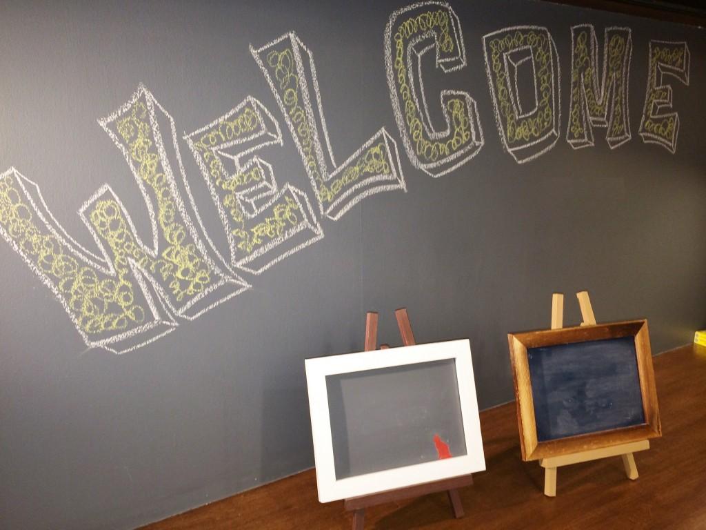 完成したオリジナル黒板とお部屋の壁に塗った黒板塗料。