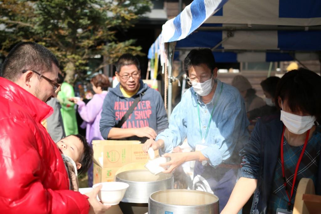 炊き出しでは無料でご飯とお味噌汁を配布