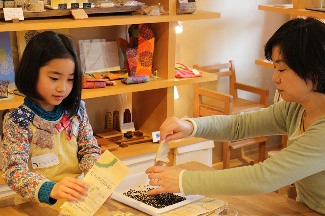 タネ袋作りのボランティア