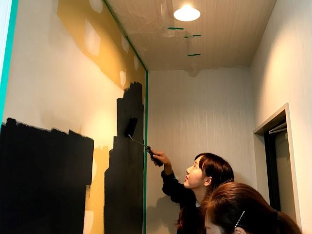 清水さん壁塗り
